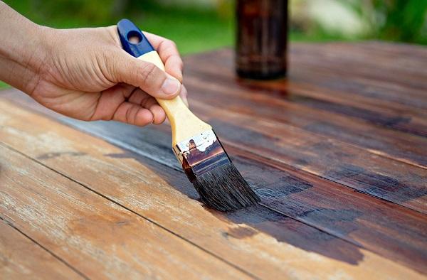 Kaip perdažyti lauko baldus?